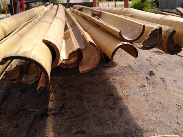 stapel gehalveerde bamboe