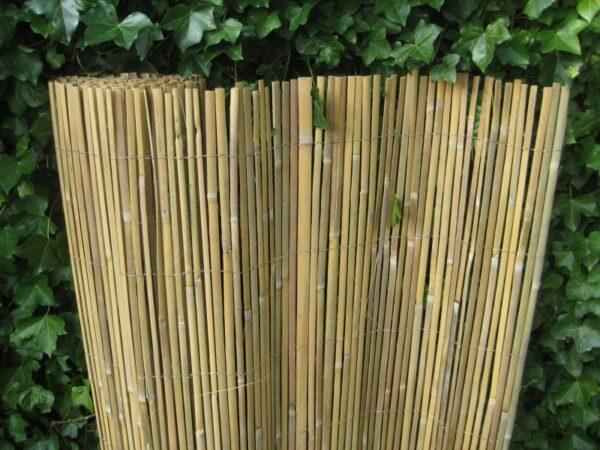 Gespleten bamboemat op rol.