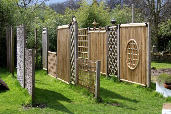 Bamboe schermen op een rij.