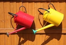 Rode en gele gieter.