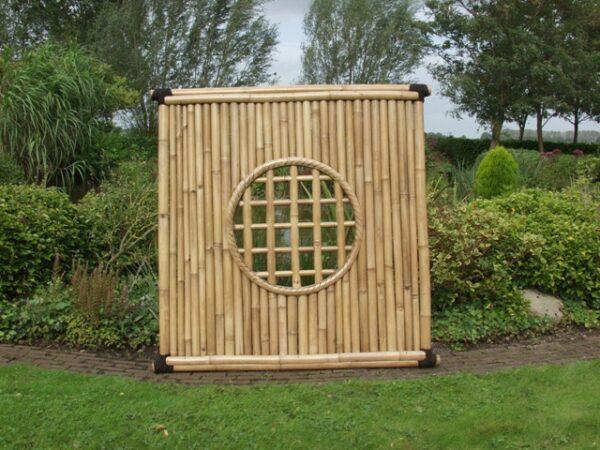 Bamboescherm met rond gat in het midden.